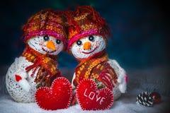 Muñecos de nieve del amor nevadas Concepto del amor Día de tarjetas del día de San Valentín feliz de la tarjeta de felicitación Imagen de archivo libre de regalías