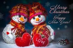 Muñecos de nieve del amor nevadas Concepto del amor Feliz Navidad de la tarjeta de felicitación y Feliz Año Nuevo Imágenes de archivo libres de regalías