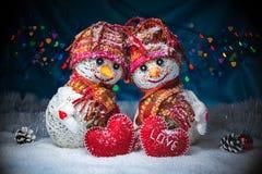 Muñecos de nieve del amor nevadas Concepto del amor Tarjeta de felicitación del día del `s de la tarjeta del día de San Valentín Fotografía de archivo