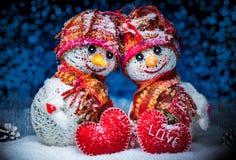 Muñecos de nieve del amor nevadas Concepto del amor Tarjeta de felicitación del día del `s de la tarjeta del día de San Valentín Fotografía de archivo libre de regalías