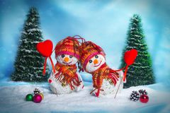 Muñecos de nieve del amor nevadas Concepto del amor Tarjeta de felicitación del día del `s de la tarjeta del día de San Valentín Foto de archivo libre de regalías