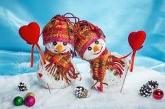 Muñecos de nieve del amor nevadas Concepto del amor Tarjeta de felicitación del día del `s de la tarjeta del día de San Valentín Imágenes de archivo libres de regalías