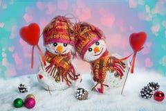 Muñecos de nieve del amor nevadas Concepto del amor Tarjeta de felicitación del día del `s de la tarjeta del día de San Valentín Fotos de archivo