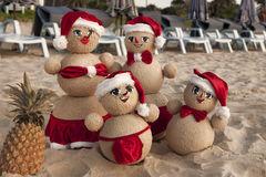 Muñecos de nieve en la playa Imágenes de archivo libres de regalías
