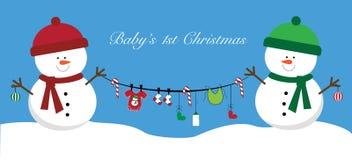 Muñecos de nieve de la Feliz Navidad que llevan a cabo artículos del bebé imagenes de archivo