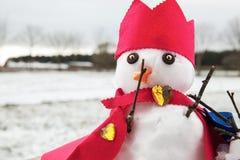 Muñecos de nieve lindos vestidos como rey con la corona y el cabo Fotografía de archivo libre de regalías