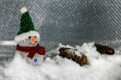 Muñecos de nieve plásticos en nieve Fotografía de archivo