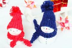 Muñecos de nieve, trineos, regalos Imágenes de archivo libres de regalías