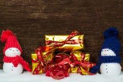 Muñecos de nieve y regalos Imágenes de archivo libres de regalías