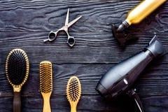Muśnięcia, hairdryer i lakier do włosów na popielatego drewnianego tła odgórnym widoku, obraz royalty free