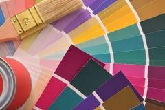 Muśnięcia i farby garnek na colour mapy odgórnym widoku fotografia royalty free