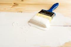 Muśnięcie i farba na drewnianych deskach Zdjęcie Stock