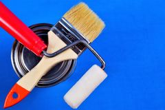Muśnięcie, rolownik i farba na błękitnym kreatywnie remontowym tle, Szczotkarski i rolkowy — narzędzie dla malować, malować i m zdjęcie stock
