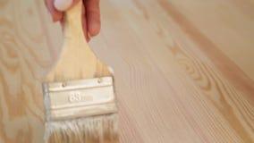 Muśnięcie w kobiety ręce lakieruje drewnianego stół zbiory