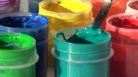 Muśnięcie zanurzony w słoju zielona Akrylowa guasz farba homework zbiory wideo