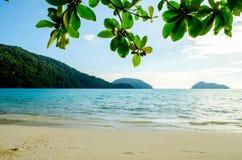 海洋的大海和在Mu酸值素林, Similan海岛,泰国的白色沙子 库存照片