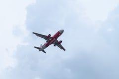 MUANG NAN, NAN - 13 DE SETEMBRO DE 2015: Air Asia tailandês que aterra para fazer Foto de Stock