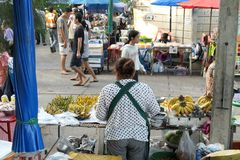 MUANGTHONG markt in BANGKOK THAILAND - 09,2017 SEPTEMBER: De rug van de banaanverkoper In de ochtendmarkt in thailan Bangkok Stock Fotografie