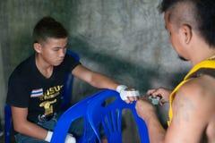 Muay tajlandzka myśliwska swathing ręka w boksu bandażu Obrazy Stock