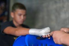 Muay tajlandzka myśliwska swathing ręka w boksu bandażu Zdjęcia Stock
