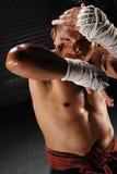 Muay Tajlandzki męski wojownik w akcjach Fotografia Stock