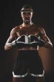 Muay Tajlandzki wojownik patrzeje kamerę z bokserskimi rękawiczkami, bokserskie rękawiczki walczy pojęcie Zdjęcie Royalty Free