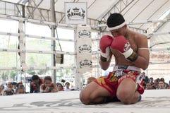 Muay thailändsk boxare under pre-kamp den traditionella rundan på den thailändska kampsportfestivalen för 9th värld i Ayutthaya arkivfoto