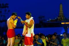 Muay thailändskt Kickboxing förberedelsevatten Bangkok arkivfoto