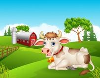 Mucca del fumetto che si siede nell'azienda agricola royalty illustrazione gratis