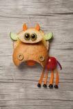 Mucca divertente composta con pane e gli ortaggi freschi Fotografie Stock Libere da Diritti