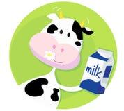 Mucca felice con il contenitore di latte su priorità bassa verde Fotografie Stock
