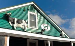 Mucche di plastica e un maiale su un tetto della casa fotografie stock