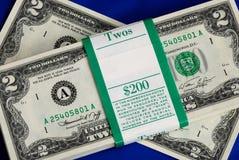 Mucchi degli Stati Uniti due fatture del dollaro Immagini Stock
