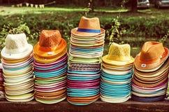 Mucchi dei cappelli di estate, filtro giallo Fotografie Stock