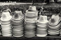 Mucchi dei cappelli di estate nel negozio, incolori Immagini Stock