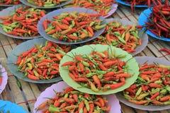 Mucchi dei chilis sulla vendita al mercato Immagine Stock