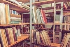 Mucchi dei libri d'annata su uno scaffale Fotografie Stock Libere da Diritti