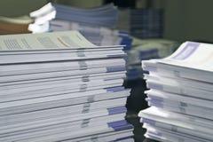 Mucchi dei pamphlet della dispensa Fotografie Stock