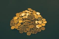 Mucchi delle monete su fondo nero, sull'affare e sul conce finanziario Fotografie Stock Libere da Diritti