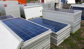 Mucchi delle pile solari pronte per l'istallazione Immagine Stock