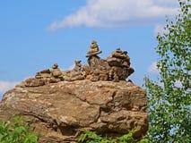 Mucchi delle rocce con cielo blu nei precedenti Fotografia Stock Libera da Diritti
