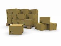 Mucchi delle scatole di cartone su un pallet Immagini Stock