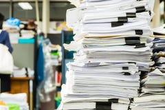 Mucchi di carta nell'ufficio Fotografie Stock Libere da Diritti