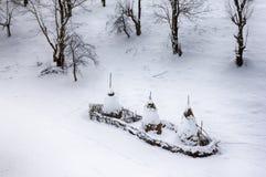 Mucchi di fieno sulle colline sparse come i cappucci fotografia stock libera da diritti