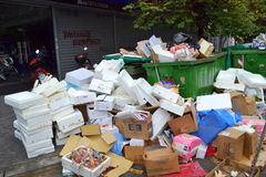 Mucchi di immondizia sulla via Fotografia Stock Libera da Diritti