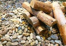Mucchi di legno disposti sulle rocce fotografia stock