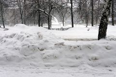 Mucchi di neve in vie della città di inverno immagini stock