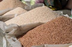 Mucchi di riso rosso e bianco Fotografia Stock Libera da Diritti