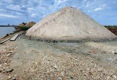 Mucchi di sale nella riserva naturale orientata delle saline di Trapani fotografie stock