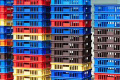 Mucchi luminosi dei recipienti di plastica di colore - II immagine stock libera da diritti